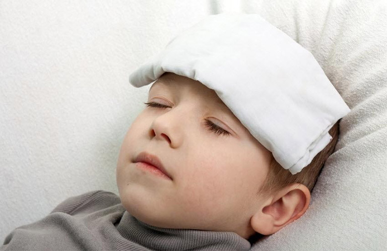 cách hạ sốt cho trẻ do bị viêm họng