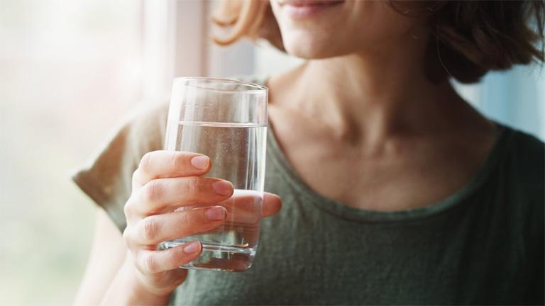 người bị đau dạ dày nên uống bao nhiêu nước là đủ?