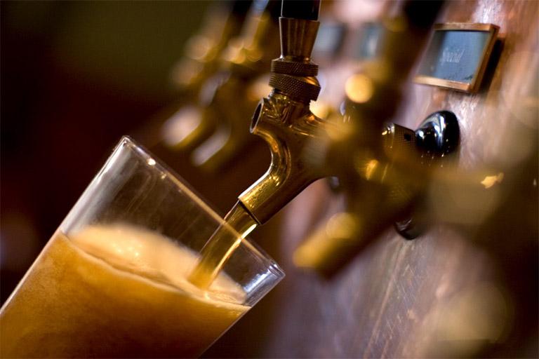 người bị đau dạ dày có nên uống bia rượu không