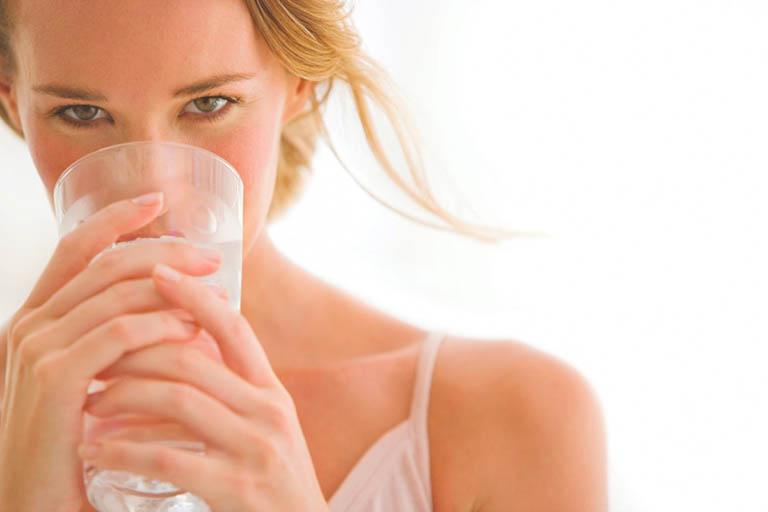 Dùng nước ấm làm dịu niêm mạc họng và giảm đau rát cổ