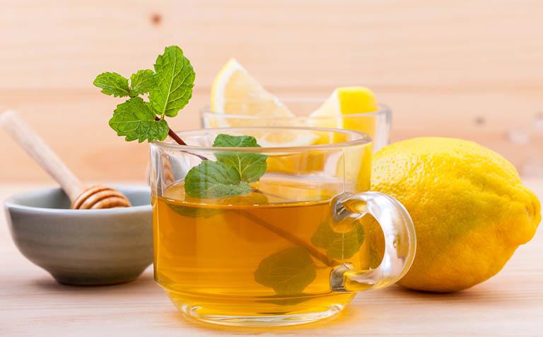 Uống nước chanh tươi làm dịu cơn đau cổ họng, ức chế hoạt động gây viêm của vi khuẩn