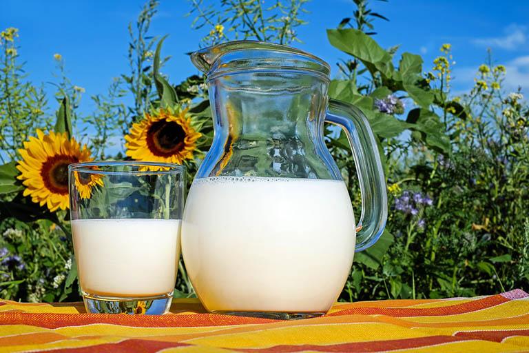 Tăng cường hệ miễn dịch, giảm viêm và làm dịu niêm mạc họng bằng sữa tươi