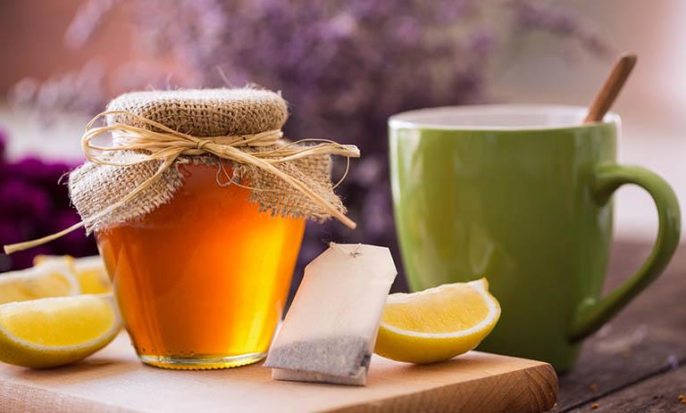 Sử dụng đồ uống ấm làm dịu chứng đau rát họng khó nuốt