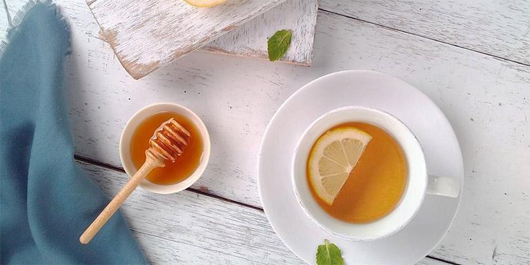 dùng nước mật ong và cốt chanh khi bị viêm họng mãn tính