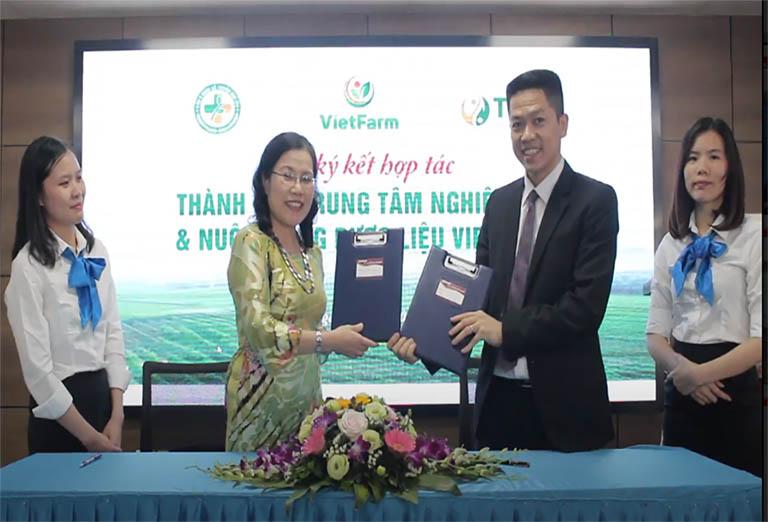 Đại diện hai bên đặt bút ký đưa Vietfarm đi vào hoạt động chính thức