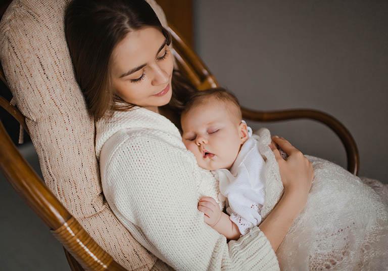 Tránh cho trẻ ngủ trên tay rồi mới nhẹ nhàng đặt trẻ xuống giường