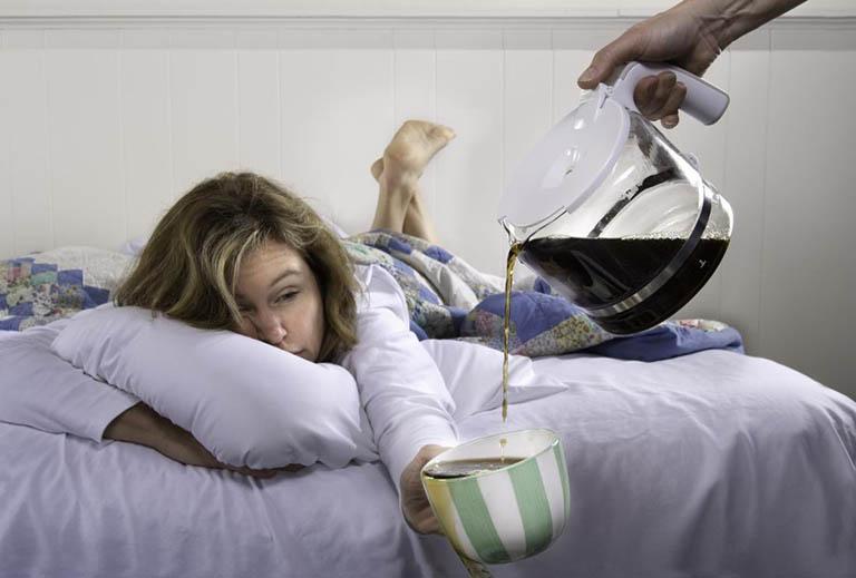 Không sử dụng trà đặc, cà phê, rượu bia ít nhất 4 giờ đồng hồ trước khi đi ngủ