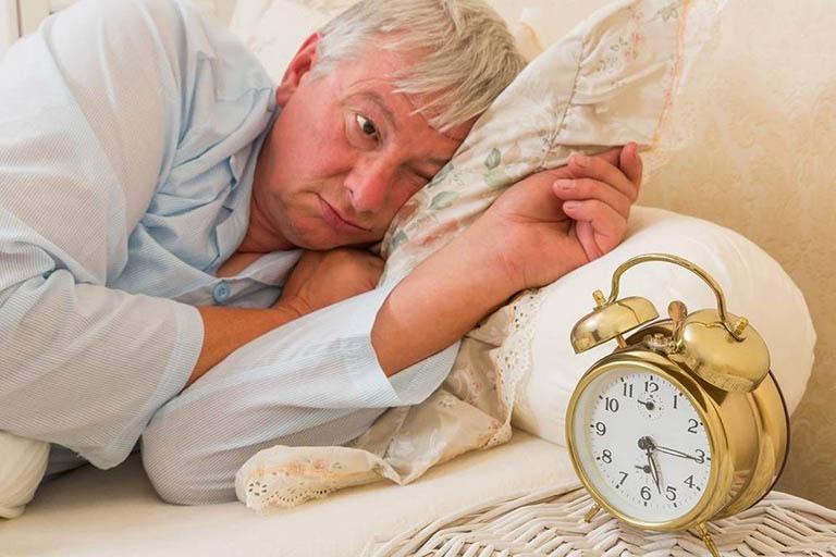 Người cao tuổi bị rối loạn giấc ngủ phải làm sao?