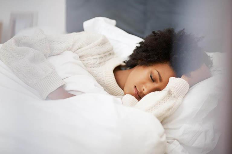 Nên ngủ đủ giấc, không thức khuya