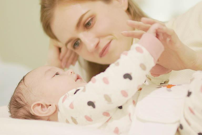 Việc sinh hoạt, vận động quá nhiều làm ảnh hưởng đến chất lượng giấc ngủ của trẻ sơ sinh