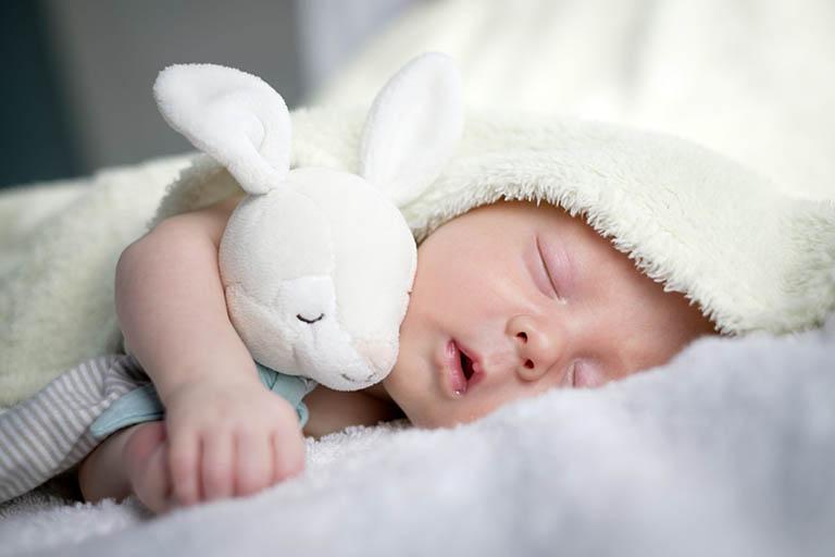 Cho trẻ ngủ cùng với những vật dụng yêu thích