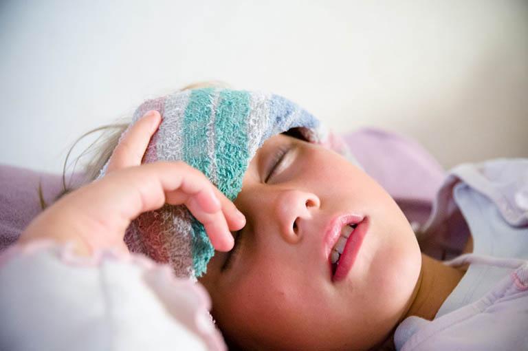 Dấu hiệu nhận biết trẻ bị viêm họng sốt