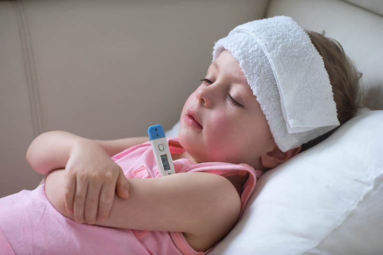 Trẻ em bị viêm họng sốt thường gặp nguy hiểm khi sốt kéo dài trên 2 ngày.