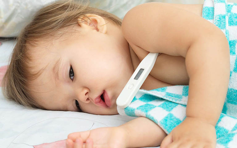 Trẻ bị viêm họng sốt mấy ngày? Sốt cao liên tục nên đi viện?
