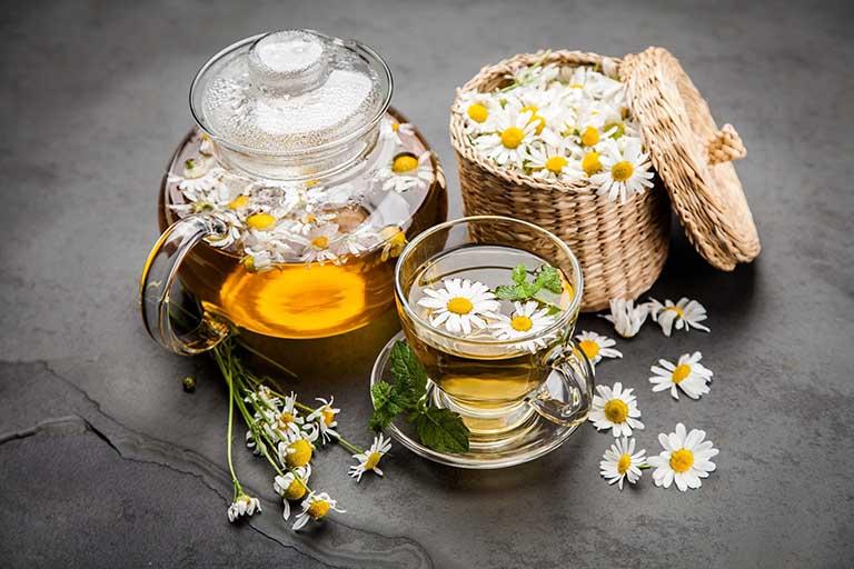 Uống trà hoa cúc ấm cải thiện tốt tình trạng mất ngủ, khó ngủ