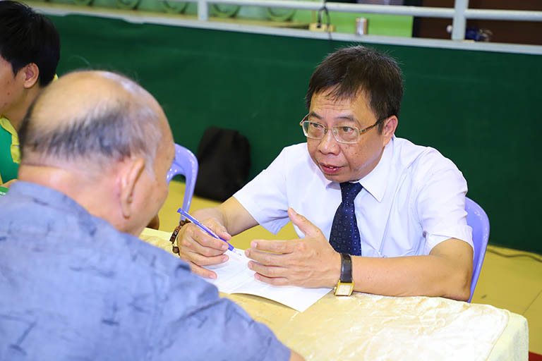 Bác sĩ Lê Hữu Tuấn hướng dẫn và chia sẻ với bệnh nhân cách chăm sóc và bảo vệ sức khỏe