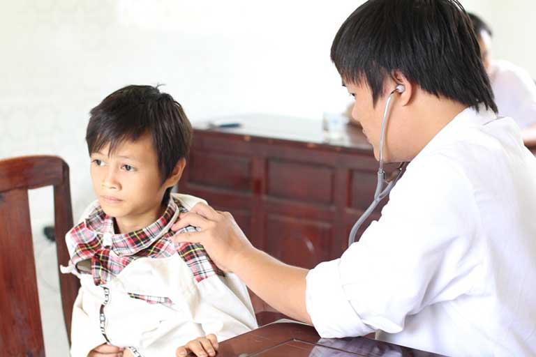 Bác sĩ Nguyễn Minh Tiến hiện đang công tác tại bệnh viện Nhi đồng 1
