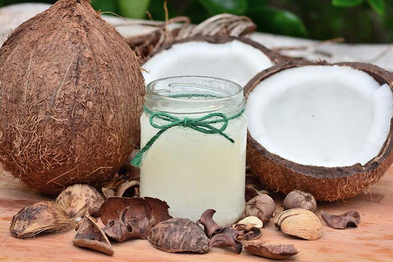 Sử dụng dầu dừa giúp tóc óng mượt và ngăn ngừa gãy rụng