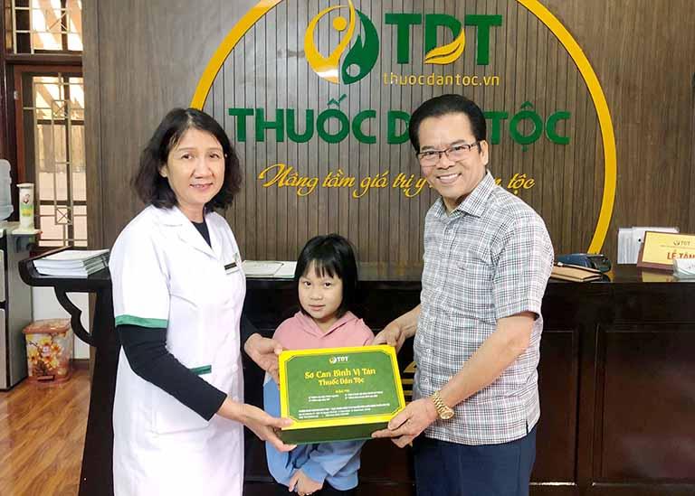 NSND Trần Nhượng và cháu gái đến điều trị dạ dày tại Thuốc dân tộc