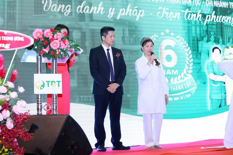 Ông Nguyễn Quang Hưng và bác sĩ Phương Mai cùng chia sẻ về chặng đường 6 năm phát triển của đơn vị