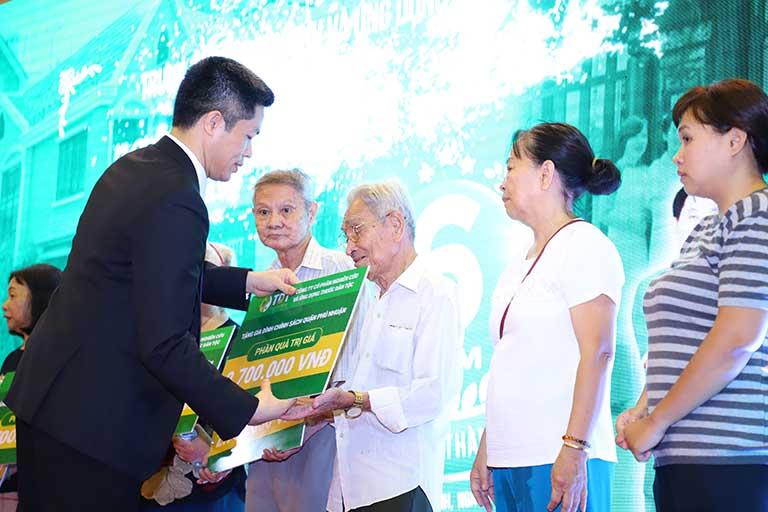 Ông Nguyễn Quang Hưng đại diện Trung tâm trao quà cho gia đình có hoàn cảnh khó khăn