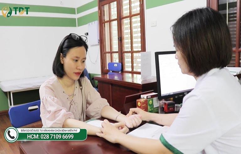 Linh được bác sĩ Lệ Quyên trực tiếp khám và điều trị