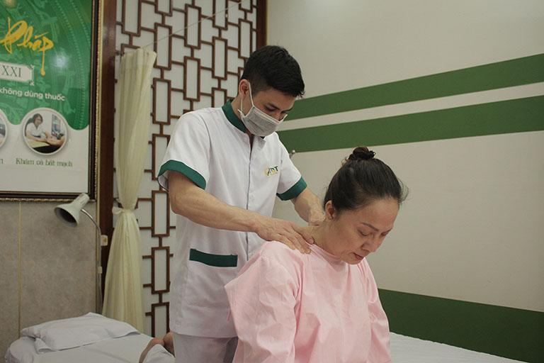 NSƯT Hương Dung trị liệu đau vai gáy tại Trung tâm Đông Phương Y Pháp