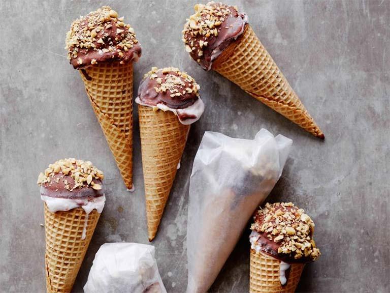 Không nên cho trẻ ăn nhiều kem lạnh khi bị viêm amidan tái phát nhiều lần