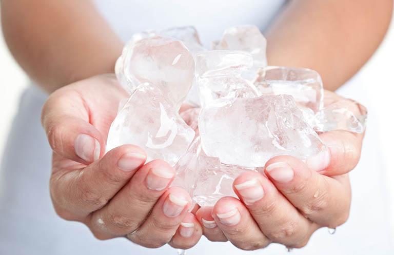 Cách ngâm nước mát/ chườm đá chữa bệnh trĩ ngoại tại nhà