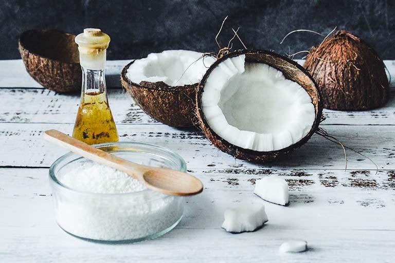 Cách thoa dầu dừa làm dịu cảm giác sưng nóng, đau rát do búi trĩ ngoại