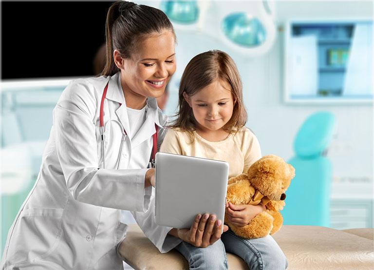 đưa trẻ gặp bác sĩ nếu bị sốt do viêm amidan