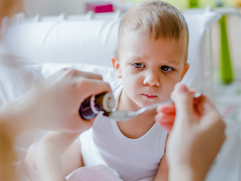 Cho trẻ dùng thuốc theo đúng chỉ định của bác sĩ chuyên khoa để phòng tránh một số tác dụng phụ có thể xảy ra