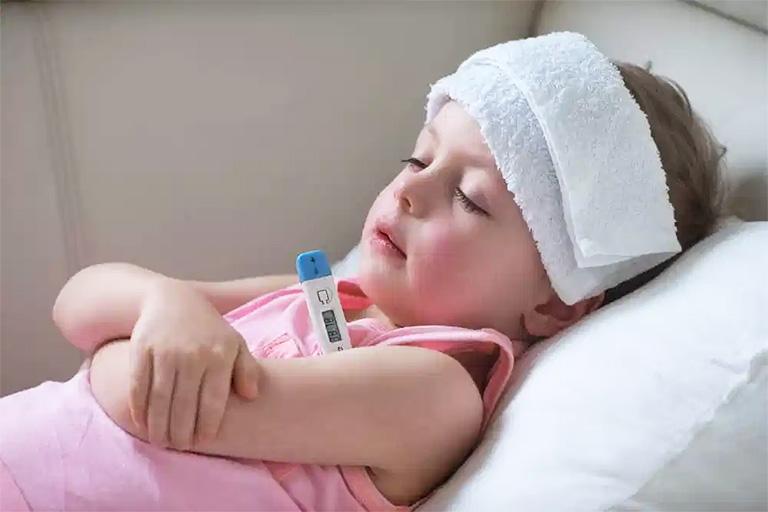 Chườm khăn mát là cách giúp hạ thân nhiệt trẻ bị sốt hiệu quả