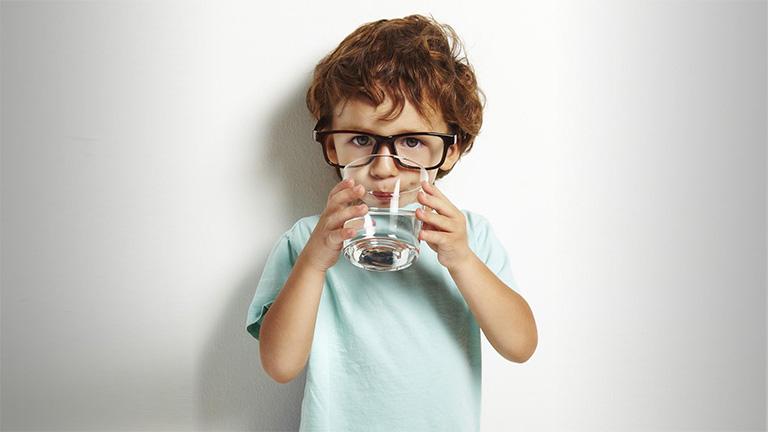 Cho trẻ uống đủ 2 lít nước mỗi ngày và nên chia nhỏ thành nhiều lần uống trong ngày