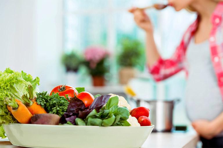 Bà bầu cần tăng cường bổ sung cho cơ thể những dưỡng chất thiết yếu có trong rau xanh, củ quả, trái cây tươi