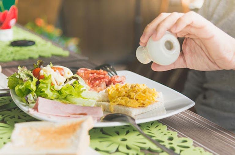 Chế độ dinh dưỡng hợp lý: Chế độ dinh dưỡng hàng ngày có vai trò quan trọng trong suốt quá trình điều trị bệnh vảy nến. Người bệnh được bác sĩ khuyên nên xây dựng chế độ ăn uống lành mạnh nếu muốn bệnh mau chóng được cải thiện. Việc bổ sung những dưỡng chất cần thiết cho cơ thể giúp những tổn thương phục hồi, giảm viêm, ngăn ngừa tình trạng tăng sinh tế bào da quá mức. Người bệnh nên bổ sung các loại thực phẩm tốt như rau xanh,cá hồi, thực phẩm chứa nhiều omega 3,...Chúng có tác dụng giúp ổn định hàm lượng cholesterol trong cơ thể, thúc đẩy tổn thương trên da phục hồi hiệu quả. Đồng thời, việc ăn đầy đủ dưỡng chất sẽ giúp tăng cường đề kháng, nâng cao hệ miễn dịch giúp người bệnh tránh được các biến chứng do bệnh gây ra.