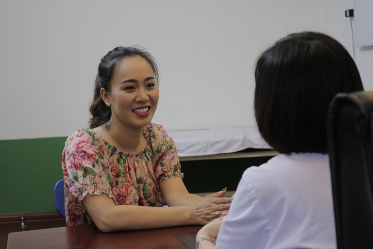 Diễn viên Khánh Linh được bác sĩ Lệ Quyên trực tiếp thăm khám và điều hành trong suốt thời gian trị bệnh
