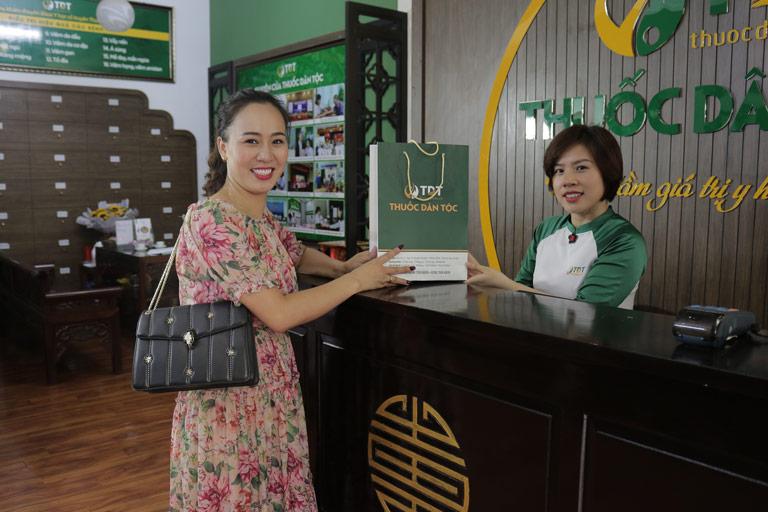 Chị Linh đặc biệt ấn tượng với dịch vụ thăm khám chữa bệnh tại Trung tâm Thuốc dân tộc