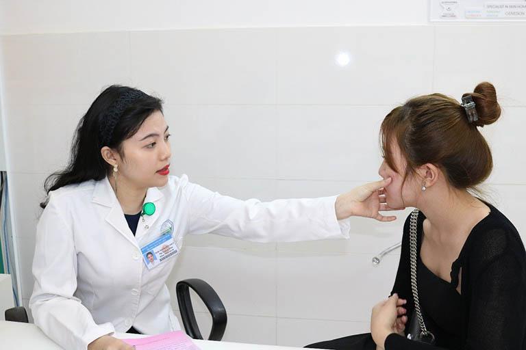 Thăm khám và trao đổi với bác sĩ chuyên khoa ngay khi mắc bệnh viêm da cơ địa