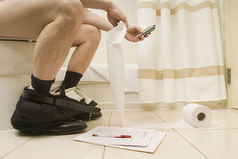 Không đi vệ sinh quá lâu, tránh rặn nhiều và tránh căng thằng khi đi đại tiện