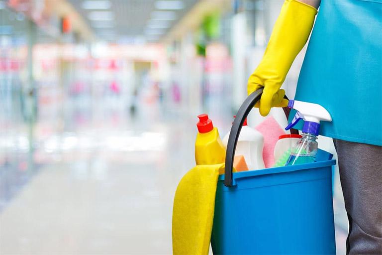 Nên trang bị vật dụng bảo hộ nếu tính chất công việc phải tiếp xúc thường xuyên với hóa chất, bụi bẩn hay nguồn nước bẩn