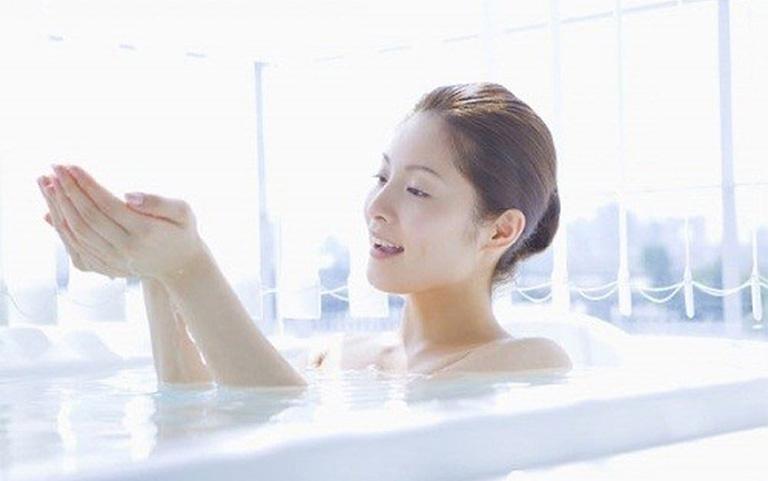Tắm nước muối chữa viêm da cơ địa như thế nào?