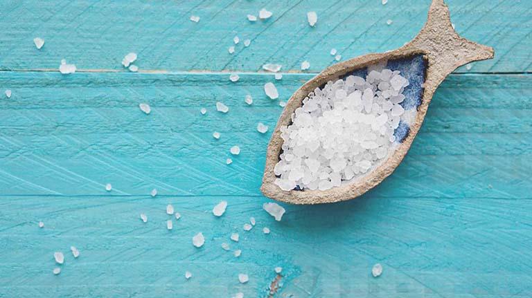 Tắm nước muối chữa viêm da cơ địa được không?