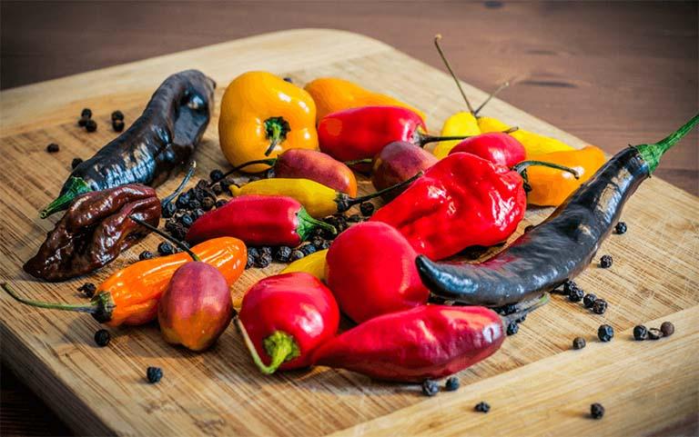Người mắc bệnh trĩ cần kiêng các thực phẩm cay nóng để phòng bệnh trĩ trở nặng