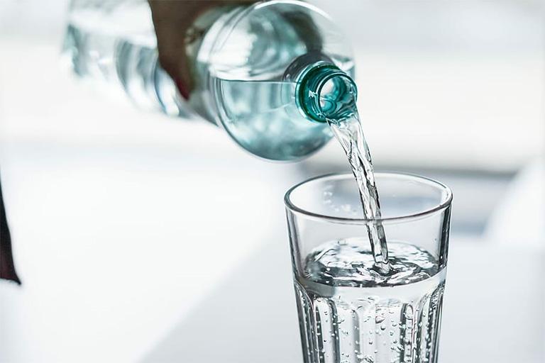 Người mắc bệnh trĩ cần uống đủ 2 - 2,5 lít nước lọc mỗi ngày