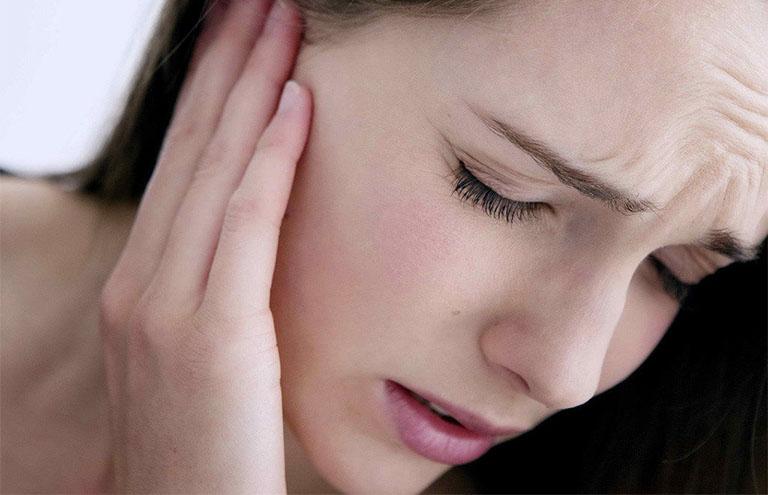 Viêm họng đau tai trái, phải là bị gì? Dấu hiệu nhận biết