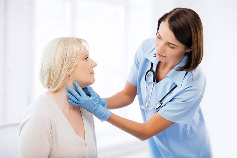 Xử lý viêm họng khạc ra máu theo sự hướng dẫn của bác sĩ chuyên khoa