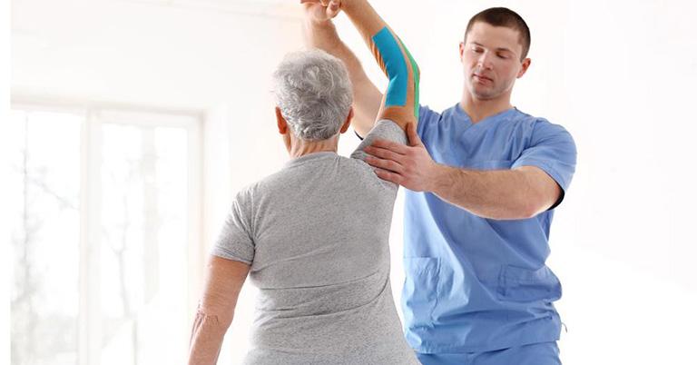 Một số lưu ý khi thực hiện bài tập vật lý trị liệu viêm quanh khớp vai