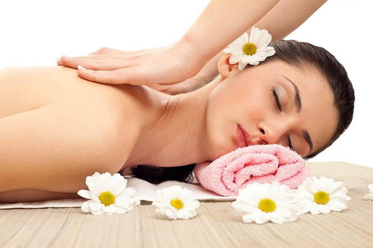 Massage và xoa bóp nhẹ nhàng vùng vai gáy