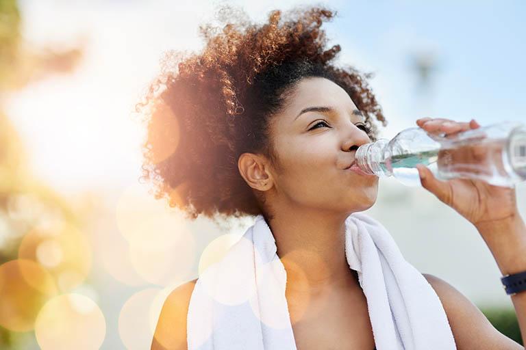 Uống nhiều nước giúp phân mềm và cải thiện bệnh táo bón
